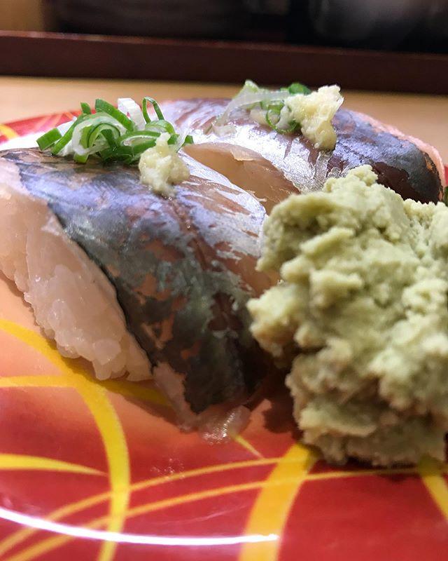 明日は北海道でライブなので今からお寿司を猛練習🍣練習の成果を出していきますヨ🍣 #寿司の練習